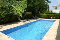 Бассейн. Кипр, Каппарис : Очаровательная вилла с 2-мя спальнями, 2-мя ванными комнатами, с бассейном, пышным зелёным садом, солнечной террасой с патио, расположена в 200 метрах от пляжа Malama Beach