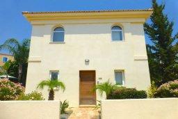 Фасад дома. Кипр, Каппарис : Очаровательная вилла с 2-мя спальнями, 2-мя ванными комнатами, с бассейном, пышным зелёным садом, солнечной террасой с патио, расположена в 200 метрах от пляжа Malama Beach