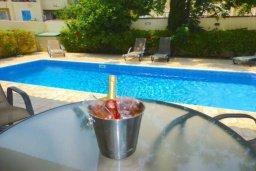 Обеденная зона. Кипр, Каппарис : Очаровательная вилла с 2-мя спальнями, 2-мя ванными комнатами, с бассейном, пышным зелёным садом, солнечной террасой с патио, расположена в 200 метрах от пляжа Malama Beach