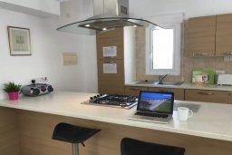 Кухня. Кипр, Каппарис : Очаровательная вилла с 2-мя спальнями, 2-мя ванными комнатами, с бассейном, пышным зелёным садом, солнечной террасой с патио, расположена в 200 метрах от пляжа Malama Beach