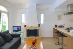 Гостиная. Кипр, Каппарис : Очаровательная вилла с 2-мя спальнями, 2-мя ванными комнатами, с бассейном, пышным зелёным садом, солнечной террасой с патио, расположена в 200 метрах от пляжа Malama Beach