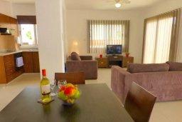 Гостиная. Кипр, Нисси Бич : Очаровательная вилла с 2-мя спальнями, бассейном, солнечной террасой с патио, расположена недалеко от знаменитого пляжа Nissi Beach