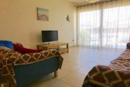 Гостиная. Кипр, Центр Айя Напы : Апартамент в комплексе с бассейном, с гостиной, отдельной спальней и террасой