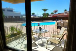 Терраса. Кипр, Центр Айя Напы : Апартамент в комплексе с бассейном, с гостиной, отдельной спальней и террасой