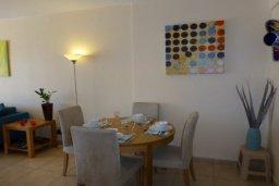 Обеденная зона. Кипр, Центр Айя Напы : Апартамент в комплексе с бассейном, с гостиной, отдельной спальней и террасой