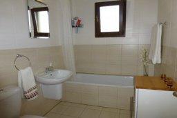 Ванная комната. Кипр, Центр Айя Напы : Апартамент в комплексе с бассейном, с гостиной, отдельной спальней и террасой