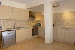 Кухня. Кипр, Центр Айя Напы : Апартамент в комплексе с бассейном, с гостиной, отдельной спальней и террасой