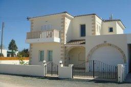 Фасад дома. Кипр, Паралимни : Уютная вилла с бассейном и двориком с барбекю, 4 спальни, 2 ванные комнаты, парковка, Wi-Fi
