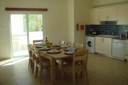 Кухня. Кипр, Паралимни : Уютная вилла с бассейном и двориком с барбекю, 4 спальни, 2 ванные комнаты, парковка, Wi-Fi