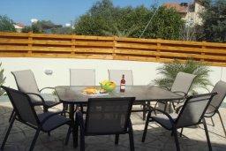 Обеденная зона. Кипр, Паралимни : Уютная вилла с бассейном и двориком с барбекю, 4 спальни, 2 ванные комнаты, парковка, Wi-Fi