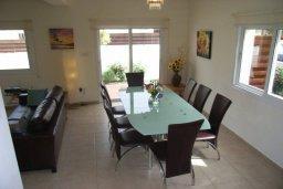 Обеденная зона. Кипр, Пернера : Уютная вилла с 3-мя спальнями, 2-мя ванными комнатами, бассейном, барбекю, расположена в 150 метрах от пляжа Sirena Bay Beach