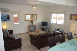 Гостиная. Кипр, Пернера : Уютная вилла с 3-мя спальнями, 2-мя ванными комнатами, бассейном, барбекю, расположена в 150 метрах от пляжа Sirena Bay Beach