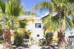 Фасад дома. Кипр, Ионион - Айя Текла : Роскошная вилла с видом на море, с 4-мя спальнями, 3-мя ванными комнатами, с бассейном, тенистой террасой с патио, барбекю, бильярдом, расположена в 100 метрах от пляжа Ayia Thekla Beach