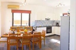 Кухня. Кипр, Ионион - Айя Текла : Роскошная вилла с видом на море, с 4-мя спальнями, 3-мя ванными комнатами, с бассейном, тенистой террасой с патио, барбекю, бильярдом, расположена в 100 метрах от пляжа Ayia Thekla Beach