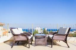 Терраса. Кипр, Каво Марис Протарас : Роскошная вилла с видом на море, с 3-мя спальнями, 3-мя ванными комнатами, с бассейном, патио, барбекю и уютной террасой на крыше