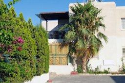 Фасад дома. Кипр, Мутаяка Лимассол : Прекрасный апартамент в комплексе с бассейном, с гостиной, двумя спальнями и большим бассейном