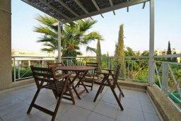 Балкон. Кипр, Мутаяка Лимассол : Прекрасный апартамент в комплексе с бассейном, с гостиной, двумя спальнями и большим бассейном