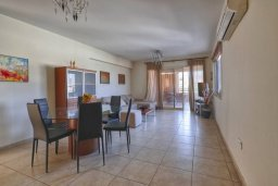 Гостиная. Кипр, Мутаяка Лимассол : Великолепный апартамент в комплексе с бассейном в 100 метрах от пляжа, с гостиной, двумя спальнями, двумя ванными комнатами и двумя балконами