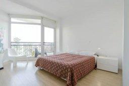 Спальня. Кипр, Мутаяка Лимассол : Современный апартамент в комплексе с бассейном в 20 метрах от пляжа, с гостиной, двумя спальнями, двумя ванными комнатами и тремя балконами с боковым видом на море