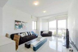 Гостиная. Кипр, Мутаяка Лимассол : Современный апартамент в комплексе с бассейном в 20 метрах от пляжа, с гостиной, двумя спальнями, двумя ванными комнатами и тремя балконами с боковым видом на море