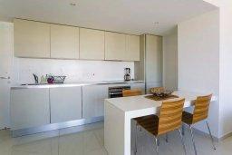 Кухня. Кипр, Мутаяка Лимассол : Современный апартамент в комплексе с бассейном в 20 метрах от пляжа, с гостиной, двумя спальнями, двумя ванными комнатами и тремя балконами с боковым видом на море