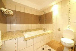 Ванная комната. Кипр, Центр Лимассола : Роскошный петнхаус в 50 метрах от пляжа с большой террасой с шикарным видом на море, джакузи и барбекю, 4 спальни, 4 ванные комнаты