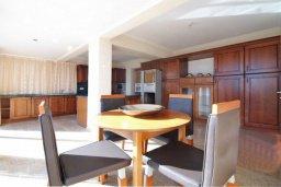 Кухня. Кипр, Центр Лимассола : Роскошный петнхаус в 50 метрах от пляжа с большой террасой с шикарным видом на море, джакузи и барбекю, 4 спальни, 4 ванные комнаты