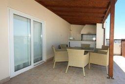 Терраса. Кипр, Центр Лимассола : Прекрасный пентхаус с террасой и видом на море, с просторной гостиной, тремя спальнями, двумя ванными комнатами, в 170 метрах от пляжа