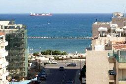 Вид на море. Кипр, Центр Лимассола : Прекрасный пентхаус с террасой и видом на море, с просторной гостиной, тремя спальнями, двумя ванными комнатами, в 170 метрах от пляжа