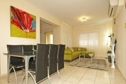 Гостиная. Кипр, Центр Лимассола : Апартамент в комплексе с бассейном в 50 метрах от пляжа, с гостиной и двумя спальнями