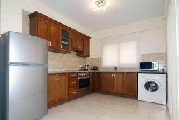 Кухня. Кипр, Центр Лимассола : Апартамент в комплексе с бассейном в 50 метрах от пляжа, с гостиной и двумя спальнями