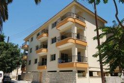 Фасад дома. Кипр, Центр Лимассола : Апартамент в комплексе с бассейном в 50 метрах от пляжа, с гостиной и двумя спальнями