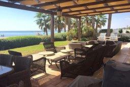 Патио. Кипр, Декелия - Ороклини : Роскошная пляжная вилла с зеленым двориком, патио, барбекю и джакузи, 4 спальни, 3 ванные комнаты, парковка, Wi-Fi