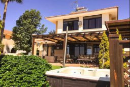 Фасад дома. Кипр, Декелия - Ороклини : Роскошная пляжная вилла с зеленым двориком, патио, барбекю и джакузи, 4 спальни, 3 ванные комнаты, парковка, Wi-Fi