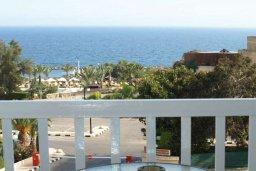 Балкон. Кипр, Айос Тихонас Лимассол : Апартамент с гостиной, отдельной спальней и балконом с видом на море