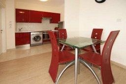Кухня. Кипр, Айос Тихонас Лимассол : Апартамент с гостиной, отдельной спальней и балконом с видом на море