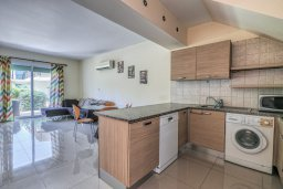 Кухня. Кипр, Гермасойя Лимассол : Таунхаус в комплексе с бассейном, с гостиной, двумя спальнями, двумя ванными комнатами и балконом