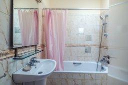 Ванная комната. Кипр, Гермасойя Лимассол : Таунхаус в комплексе с бассейном, с гостиной, двумя спальнями, двумя ванными комнатами и балконом
