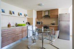 Кухня. Кипр, Мутаяка Лимассол : Апартамент в комплексе с бассейном в 100 метрах от пляжа, с гостиной, двумя спальнями, двумя ванными комнатами и балконом