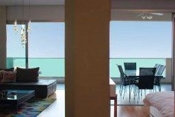 Гостиная. Кипр, Ларнака город : Роскошный апартамент в комплексе с бассейном в 20 метрах от пляжа Финикудес, с гостиной, тремя спальнями, двумя ванными комнатами и большим балконом с шикарным видом на море