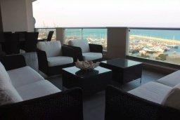 Балкон. Кипр, Ларнака город : Роскошный апартамент в комплексе с бассейном в 20 метрах от пляжа Финикудес, с гостиной, тремя спальнями, двумя ванными комнатами и большим балконом с шикарным видом на море