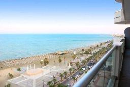 Вид на море. Кипр, Ларнака город : Роскошный апартамент в комплексе с бассейном в 20 метрах от пляжа Финикудес, с гостиной, тремя спальнями, двумя ванными комнатами и большим балконом с шикарным видом на море