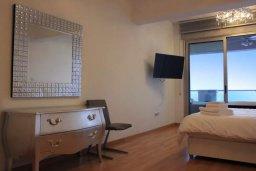 Спальня. Кипр, Ларнака город : Роскошный апартамент в комплексе с бассейном в 20 метрах от пляжа Финикудес, с гостиной, тремя спальнями, двумя ванными комнатами и большим балконом с шикарным видом на море