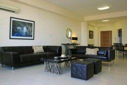 Гостиная. Кипр, Ларнака город : Роскошный апартамент возле пляжа Финикудес с гостиной, тремя спальнями, двумя ванными комнатами и большим балконом с шикарным видом на море