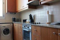 Кухня. Кипр, Ларнака город : Роскошный апартамент возле пляжа Финикудес с гостиной, тремя спальнями, двумя ванными комнатами и большим балконом с шикарным видом на море