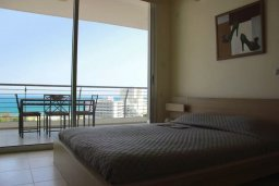Спальня. Кипр, Ларнака город : Роскошный апартамент возле пляжа Финикудес с гостиной, тремя спальнями, двумя ванными комнатами и большим балконом с шикарным видом на море