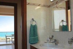 Ванная комната. Кипр, Ларнака город : Роскошный апартамент возле пляжа Финикудес с гостиной, тремя спальнями, двумя ванными комнатами и большим балконом с шикарным видом на море