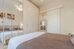 Спальня. Кипр, Центр Лимассола : Апартамент с гостиной, отдельной спальней и балконом с видом на парк