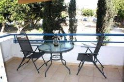 Балкон. Кипр, Центр Лимассола : Апартамент с гостиной, отдельной спальней и балконом с видом на парк