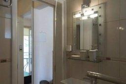 Ванная комната. Кипр, Центр Лимассола : Апартамент с гостиной, отдельной спальней и балконом с видом на парк